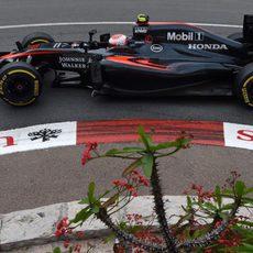 Jenson Button rueda con el MP4/30 en Mónaco