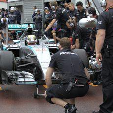 Lewis Hamilton dando por concluida su jornada de trabajo