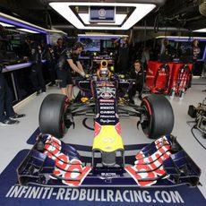 Daniel Ricciardo en el garaje