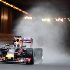 Daniel Ricciardo pilotando sobre la pista mojada