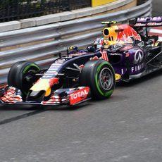 Daniil Kvyat rozando las barreras de Mónaco