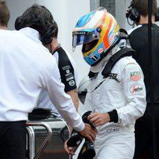 Fernando Alonso entrega sus guantes tras abandonar en Mónaco