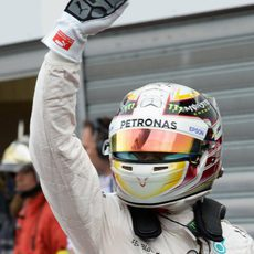 Lewis Hamilton saluda después de conseguir la pole en el Principado