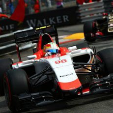 Roberto Merhi rueda por delante de Pastor Maldonado