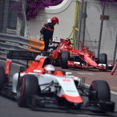 Will Stevens deja atrás el Ferrari de Räikkönen