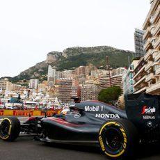 Fernando Alonso en la chicane de la salida del túnel