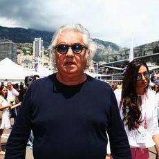 Flavio Briatore pasea por el 'paddock' de Mónaco