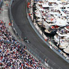 Nico Rosberg pasa junto a las abarrotadas gradas de Mónaco