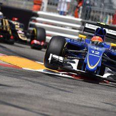 Felipe Nasr rueda por delante de Grosjean
