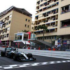 Nico Rosberg pasando el primero por la línea de meta