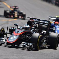 Fernando Alonso luchando por los puntos