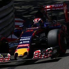 Max Verstappen rodando muy cerca de los muros