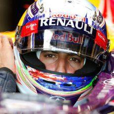 Daniel Ricciardo en el garaje a punto de salir a la pista