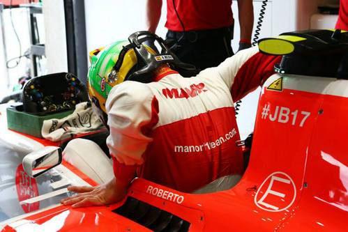 Roberto Merhi subiendose al coche