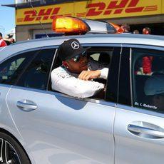 Lewis Hamilton abandona el pitlane en coche