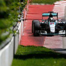 Lewis Hamilton pasa cerca del Muro de los Campeones
