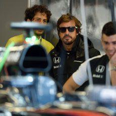 Fernando Alonso supervisando el cambio de motor en su coche