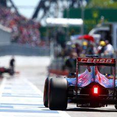 Max Verstappen en el pitlane