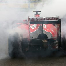 Humareda en el coche de Kimi Räikkönen por su trompo