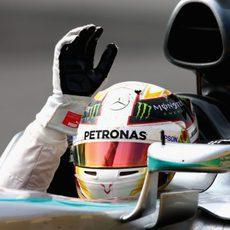 Lewis Hamilton saluda desde el W06