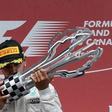 Beso de Lewis Hamilton a su trofeo