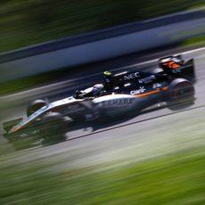 Sergio Pérez rueda con los neumáticos superblandos en Q3
