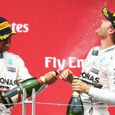 Lewis Hamilton 'riega' con champán a Nico Rosberg