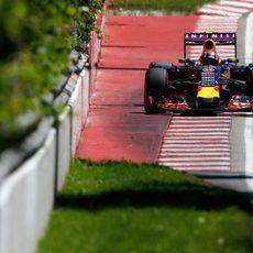 Daniil Kvyat aprovecha los límites de la pista