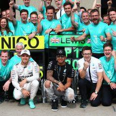 El equipo Mercedes celebra el doblete en Canadá