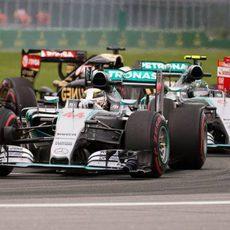 Hamilton se defiende de Rosberg para mantener la posición en la salida.