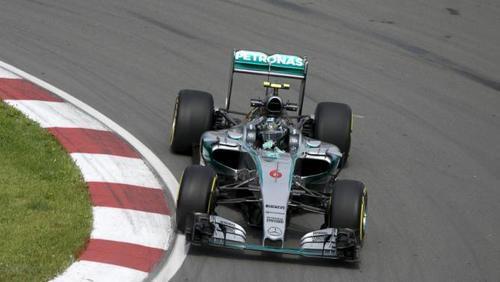 Nico Rosberg acorta las curvas para intentar presionar a Hamilton.