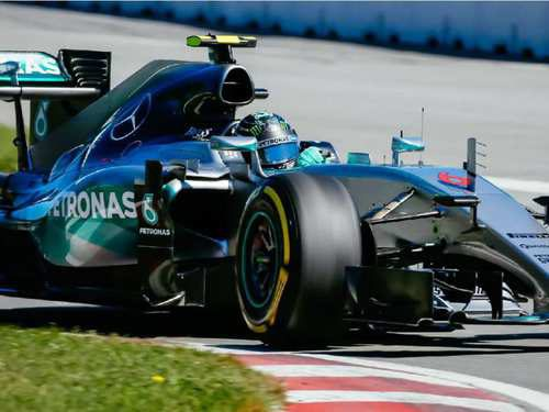 Primer plano del coche de Rosberg persiguiendo al líder