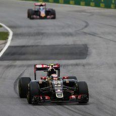 Pastor Maldonado exprime al máximo el motor del coche en la recta.