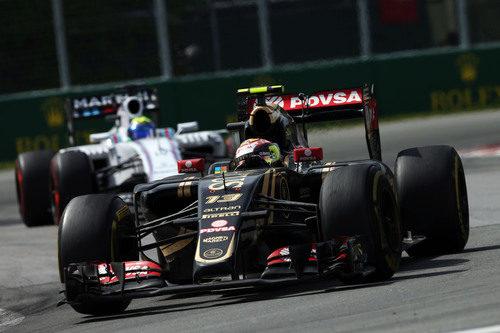 Maldonado se defiende de las acometidas de Felipe Massa
