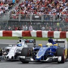 Marcus Ericsson lucha rueda a rueda con Massa