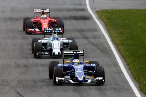 Marcus Ericsson ve de cerca a Massa y Vettel