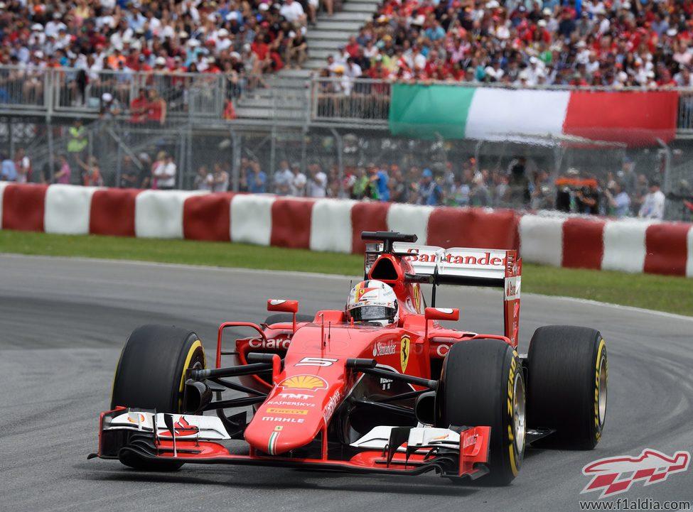Sebastian Vettel logra remontar trece posiciones en carrera
