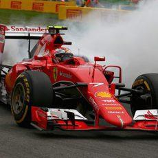 Kimi Räikkönen hace un trompo en mitad de la carrera