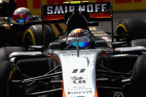 Sergio Pérez aguanta la presión de uno de los Lotus