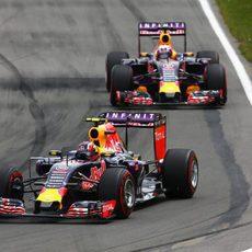 Daniil Kvyat rueda por delante de Daniel Ricciardo