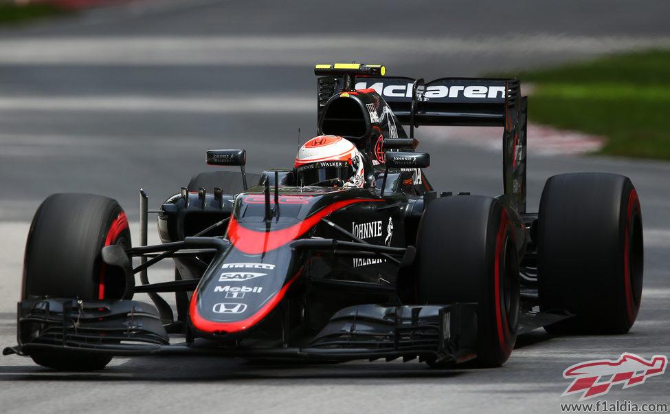 Jenson Button abandona por un problema en el escape