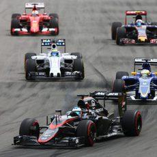 Fernando Alonso remontando después de la salida