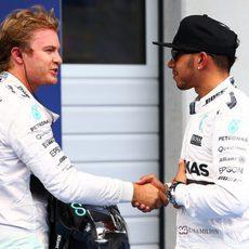 Nico Rosberg felicita a Lewis Hamilton por la pole