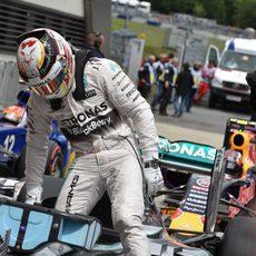 Lewis Hamilton se baja del coche tras lograr la pole en Austria