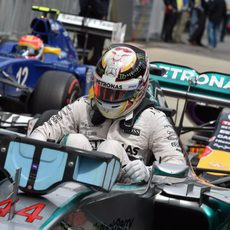 Lewis Hamilton aparca el W06 en parque cerrado