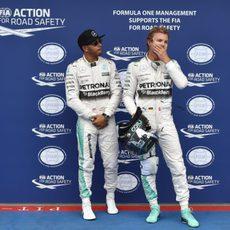 Nico Rosberg y Lewis Hamilton esperan a Vettel