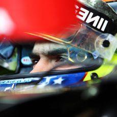 Pastor Maldonado se concentra para salir a pista