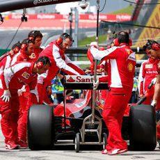 Sebastian Vettel con sus mecánicos en boxes