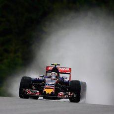 Carlos Sainz pilotando con la pista mojada