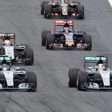 Nico Hülkenberg rueda por detrás de los Mercedes